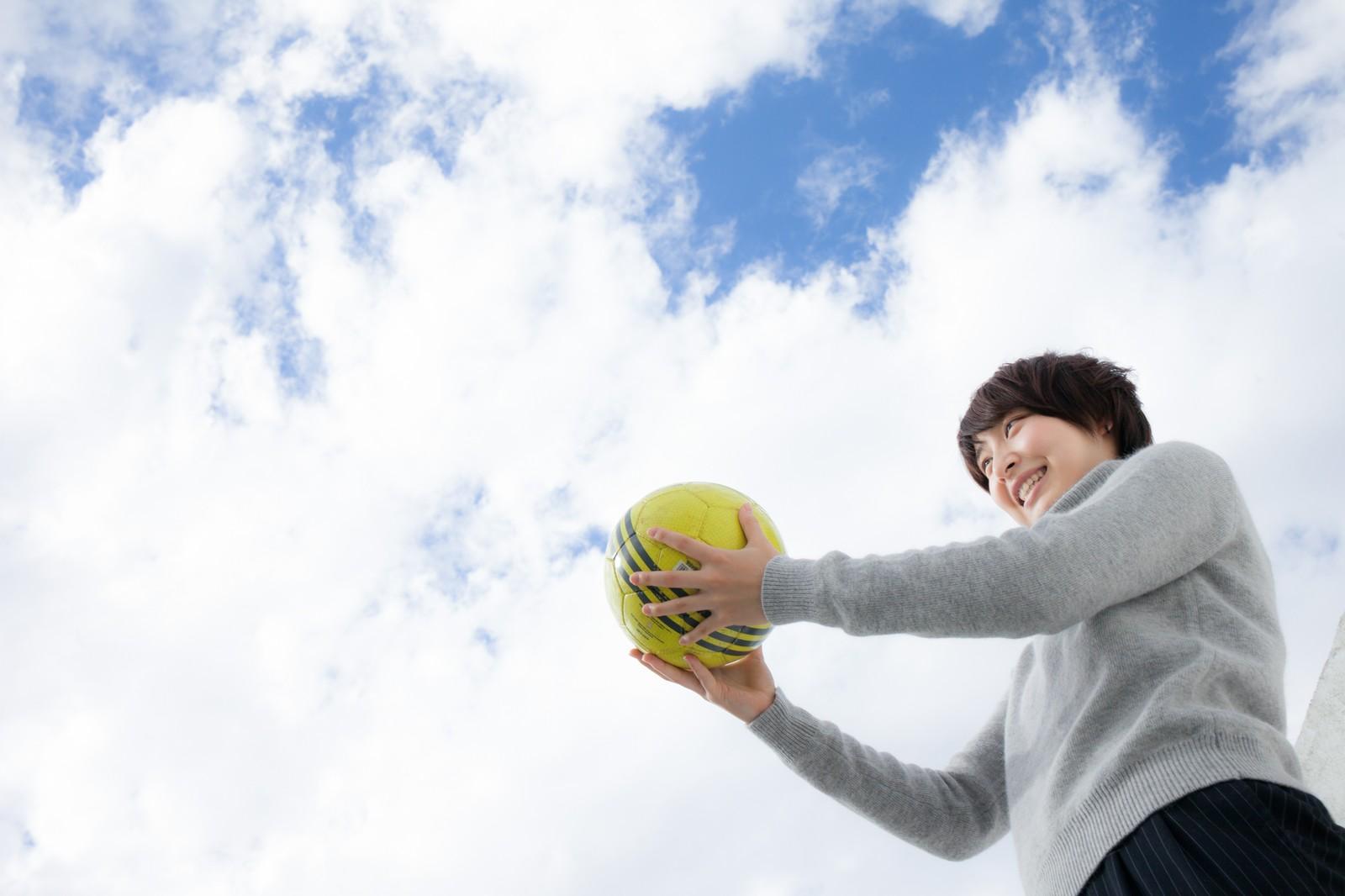 サッカーボールをもつ女性